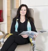 Donna leggendo una rivista — Foto Stock