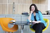 Kobieta pije kawę w kuchni — Zdjęcie stockowe