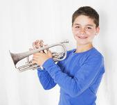 мальчик с трубой — Стоковое фото