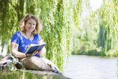 若い女性の読書 — ストック写真