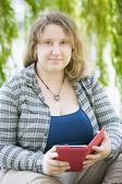 Mujer joven con tablet pc — Foto de Stock
