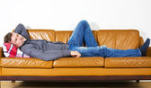 Man laying on couch — Stockfoto