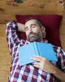 человек с книгой — Стоковое фото