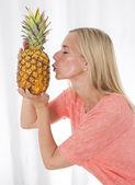 Mujer celebración prinapple — Foto de Stock