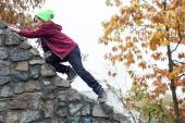 Boy climbing on wall — Foto de Stock