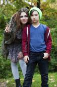 Teenage girl and boy in a park — Stockfoto