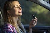 抹上口红在车里的女人 — 图库照片
