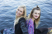 Two women by the waterfront — Stock Photo