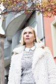 Porträtt av kvinna som tittar sorgligt — Stockfoto