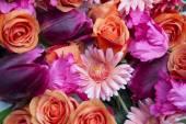 Superbe mélange de roses, gerberas et tulipes — Photo