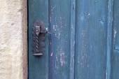 Stare drewniane drzwi z antykami klamka — Zdjęcie stockowe