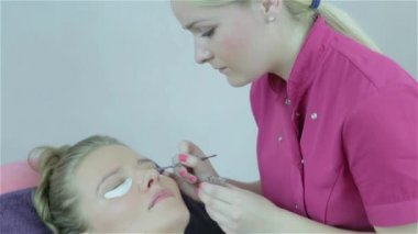 Eyelashes tinting treatment with natural henna dye by cosmetician. — Stock Video