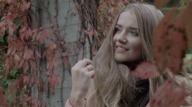 Pretty caucasian woman in autumn park enjoying nature. — Stock Video