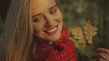 Young blonde woman smiling in autumn park. — Stock Video