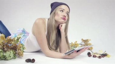 Beautiful young caucasian woman with tablet PC on a floor — Stock Video