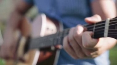 Guitar player playing song, outdoor. — Stock Video