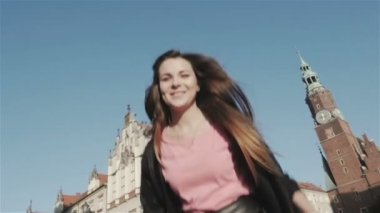 Happy woman in a city, turning in slow motion. — Stock Video