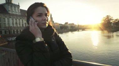 市は、スローモーションで携帯電話で話している若い魅力的な女性. — ストックビデオ