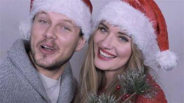Casal lindo feliz Natal cantando canções sobre fundo branco. — Vídeo stock