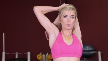 Young beautiful fitness girl exercising in the gym. — Stock Video