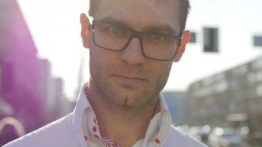 Porträt des jungen trendigen jungen Mann stehen in der Stadtstraße. — Stockvideo