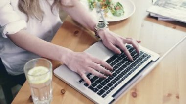 Female hands typing on laptop standing on wooden table. — Αρχείο Βίντεο