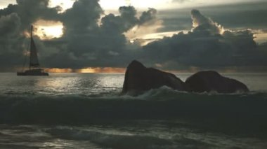 Beautiful mysterious sunset over the famous beach Anse Lazio, Praslin island, Seychelles. — Stock Video