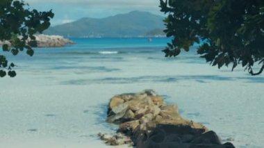 Экзотические мечта - Бич на острове Ла Диг-экскурсия на Сейшельских островах. — Стоковое видео