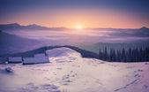 Amanecer de invierno en las montañas — Foto de Stock