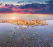 Sunrise on the frozen lake. — Stock Photo