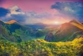 Krásné letní svítání v horách. — Stock fotografie