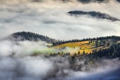 Foggy summer sunrise in the Italian Alps.  — Stockfoto