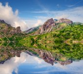 Reflection of mountains in clear water lake — Stock Photo