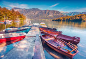 Ochtend op het Bohinj-meer met boten — Stockfoto