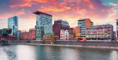Colorful spring sunset on Rhine river in Dusseldorf — Stock Photo
