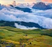 Туманная долина Валь ди Фасса с Пассо Селла — Стоковое фото