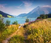 Ochtend op Resia meer in de Italiaanse Alpen — Stockfoto