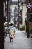 Geisha in the back streets — Stock Photo