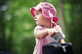Nieuwsgierig kleine meisje — Stockfoto