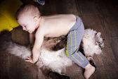 Küçük çocuk ve kedi — Stok fotoğraf