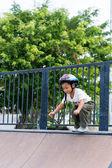 šťastné dítě nosit cyklistickou helmu venku — Stock fotografie