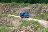 Gravier de machine industrielle charges sur camions — Photo