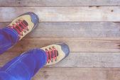 Pieds. Première personne vue sur fond de bois rustique. — Photo