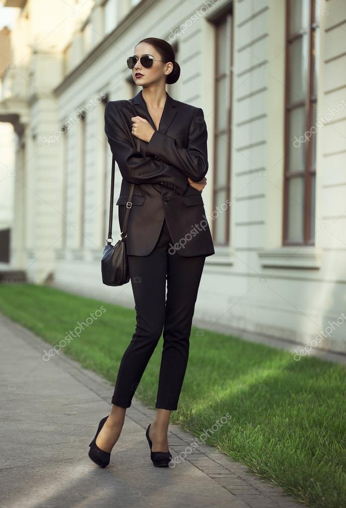девушки в одежде из кожи на улице