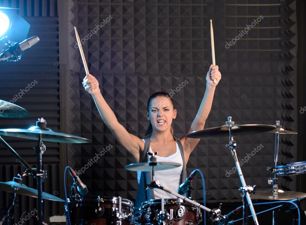 Почему барабанщики сидят за стеклом