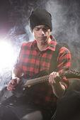Homem com guitarra — Fotografia Stock