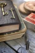 Cosa vieja y un cuaderno de cuero — Foto de Stock
