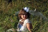 Ragazza in vestito bianco e ombrello — Foto Stock