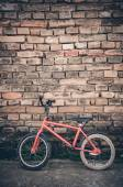 Vintage bicycle on brick wall background — Stockfoto