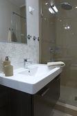 современные дома ванная комната — Стоковое фото
